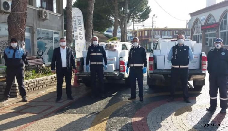 Başkan Mevlüt Oruçoğlu ekiplerle birlikte erzak dağıtıyor