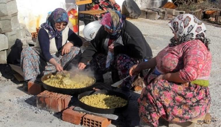 Ezine Karadağ köyünde yaşayan Yörükler, gelenek ve göreneklerini yaşatıyor.